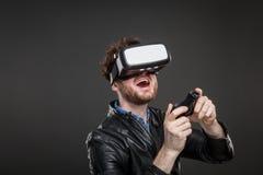 Άτομο που φορά τα προστατευτικά δίοπτρα εικονικής πραγματικότητας Στοκ Εικόνα