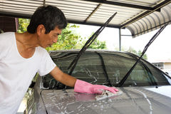 Άτομο που φορά τα ρόδινα γάντια που πλένουν ένα αυτοκίνητο Στοκ εικόνες με δικαίωμα ελεύθερης χρήσης