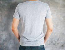 Άτομο που φορά την γκρίζα πλάτη πουκάμισων Στοκ Εικόνες