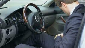 Άτομο που φορά τη ζώνη ασφαλείας στο αυτοκίνητο, έννοια ασφάλειας, συμμόρφωση με τους κανόνες κυκλοφορίας φιλμ μικρού μήκους