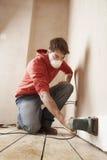 Άτομο που φορά τη μάσκα στρώνοντας με άμμο τον τοίχο Στοκ Εικόνες