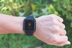 Άτομο που φορά τη σειρά 3 ΠΣΤ ρολογιών της Apple με τη γραμμή App Στοκ φωτογραφίες με δικαίωμα ελεύθερης χρήσης