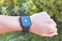 Άτομο που φορά τη σειρά 3 ΠΣΤ ρολογιών της Apple με τη γραμμή App Στοκ εικόνα με δικαίωμα ελεύθερης χρήσης