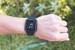 Άτομο που φορά τη σειρά 3 ΠΣΤ ρολογιών της Apple με τη μουσική App Στοκ εικόνες με δικαίωμα ελεύθερης χρήσης