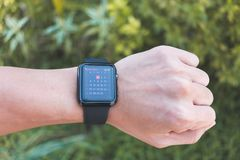 Άτομο που φορά τη σειρά 3 ΠΣΤ ρολογιών της Apple με το ημερολόγιο App Στοκ Εικόνες