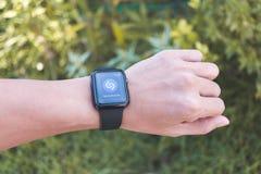 Άτομο που φορά τη σειρά 3 ΠΣΤ ρολογιών της Apple με Shazam App Στοκ Εικόνα