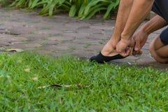 Άτομο που φορά τις μαύρες κάλτσες στοκ εικόνες με δικαίωμα ελεύθερης χρήσης