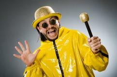 Άτομο που φορά το κίτρινο κοστούμι με mic Στοκ Εικόνες