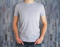 Άτομο που φορά το καθαρό πουκάμισο στο ξύλινο υπόβαθρο Στοκ φωτογραφία με δικαίωμα ελεύθερης χρήσης