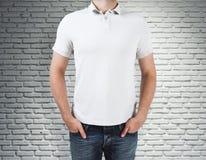 Άτομο που φορά το καθαρό πουκάμισο στο υπόβαθρο τούβλου Στοκ Εικόνα