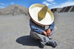 Άτομο που φορά το καπέλο σομπρέρο που έχει μια σιέστα/ένα NAP στο Μεξικό στοκ εικόνες με δικαίωμα ελεύθερης χρήσης