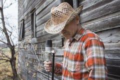 Άτομο που φορά το καπέλο κάουμποϋ που κρατά ένα μικρόφωνο Στοκ φωτογραφία με δικαίωμα ελεύθερης χρήσης