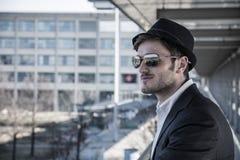 Άτομο που φορά το καπέλο και που φαίνεται έξω παράθυρο Στοκ φωτογραφία με δικαίωμα ελεύθερης χρήσης