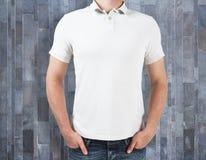 Άτομο που φορά το κενό πουκάμισο στο ξύλινο υπόβαθρο Στοκ εικόνες με δικαίωμα ελεύθερης χρήσης