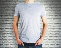 Άτομο που φορά το κενό πουκάμισο στο υπόβαθρο τούβλου Στοκ Φωτογραφίες