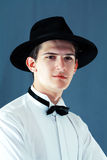Άτομο που φορά το μαύρο καπέλο στοκ εικόνα με δικαίωμα ελεύθερης χρήσης