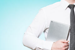 Άτομο που φορά το πουκάμισο και το δεσμό με το PC ταμπλετών Στοκ φωτογραφίες με δικαίωμα ελεύθερης χρήσης