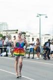 Άτομο που φορά το φόρεμα και τα τακούνια ουράνιων τόξων, κατά τη διάρκεια της παρέλασης υπερηφάνειας της Στοκχόλμης Στοκ Εικόνα
