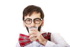 Άτομο που φορά suspenders το πόσιμο γάλα στοκ εικόνες
