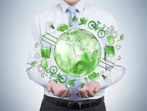 Άτομο που φροντίζει για το καθαρό περιβάλλον, ενέργεια eco, προστασία στοκ φωτογραφία