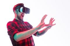 Άτομο που φωνάζει και που αλληλεπιδρά με την εικονική πραγματικότητα Στοκ Εικόνες
