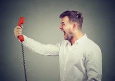 Άτομο που φωνάζει στο μικροτηλέφωνο Στοκ εικόνες με δικαίωμα ελεύθερης χρήσης