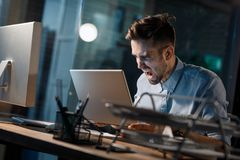 Άτομο που φωνάζει στο σπασμένο lap-top Στοκ φωτογραφία με δικαίωμα ελεύθερης χρήσης