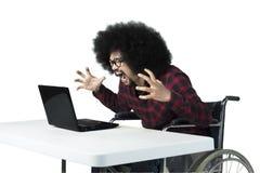 Άτομο που φωνάζει στο lap-top του Στοκ Εικόνες
