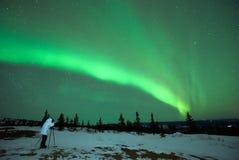 Άτομο που φωτογραφίζει την αυγή Borealis στοκ εικόνες
