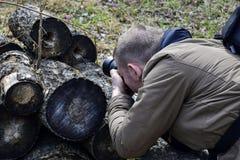 Άτομο που φωτογραφίζει τη φύση, που κλίνει σε ένα κούτσουρο στοκ εικόνες με δικαίωμα ελεύθερης χρήσης