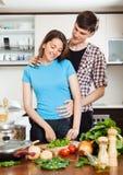 Άτομο που φλερτάρει με το όμορφο κορίτσι στην κουζίνα Στοκ εικόνα με δικαίωμα ελεύθερης χρήσης