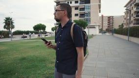 Άτομο που χάνεται σε μια νέα πόλη απόθεμα βίντεο
