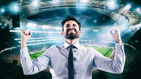 Άτομο που χαίρεται για το στάδιο για τη νίκη ενός πλούσιου στοιχήματος ποδοσφαίρου στοκ φωτογραφίες