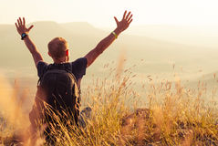 Άτομο που χαιρετά τη χρυσή αύξηση του ήλιου στοκ φωτογραφίες