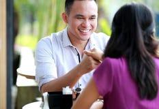 Άτομο που χαμογελά κρατώντας το χέρι φίλων του Στοκ Εικόνες