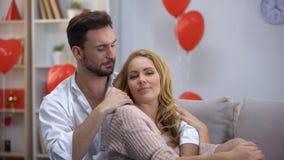 Άτομο που χαϊδεύει την κυρία, βασισμένες στην εμπιστοσύνη σχέσεις στο ζεύγος, που απολαμβάνει το χρόνο από κοινού απόθεμα βίντεο