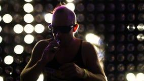 Άτομο που χορεύει στο κόμμα που φορά τα οδηγημένα γυαλιά νέου απόθεμα βίντεο