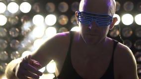 Άτομο που χορεύει στο κόμμα που φορά τα οδηγημένα γυαλιά νέου φιλμ μικρού μήκους