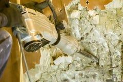Άτομο που χρησιμοποιεί έναν κομπρεσέρ που τρυπά με τρυπάνι στον τοίχο Στοκ Εικόνες