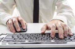Άτομο που χρησιμοποιεί έναν υπολογιστή Στοκ φωτογραφίες με δικαίωμα ελεύθερης χρήσης