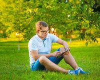 Άτομο που χρησιμοποιεί ένα μαξιλάρι αφής Στοκ εικόνα με δικαίωμα ελεύθερης χρήσης