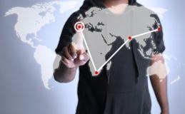Άτομο που χρησιμοποιεί ένα ολόγραμμα για να παρουσιάσει παγκοσμιοποίηση στοκ φωτογραφία