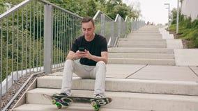 Άτομο που χρησιμοποιεί ένα τηλέφωνο στην πόλη απόθεμα βίντεο