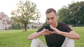 Άτομο που χρησιμοποιεί ένα τηλέφωνο στην πόλη φιλμ μικρού μήκους