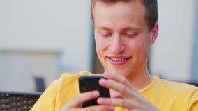 Άτομο που χρησιμοποιεί ένα τηλέφωνο στο εσωτερικό απόθεμα βίντεο