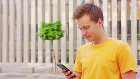 Άτομο που χρησιμοποιεί ένα τηλέφωνο υπαίθρια απόθεμα βίντεο