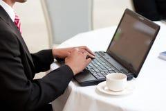 Άτομο που χρησιμοποιεί ένα lap-top Στοκ φωτογραφία με δικαίωμα ελεύθερης χρήσης