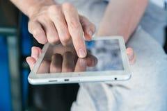 Άτομο που χρησιμοποιεί ένα PC ταμπλετών Στοκ Φωτογραφίες