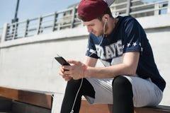 Άτομο που χρησιμοποιεί κινητό app Στοκ εικόνα με δικαίωμα ελεύθερης χρήσης