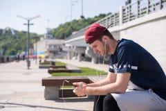 Άτομο που χρησιμοποιεί κινητό app Στοκ Φωτογραφίες